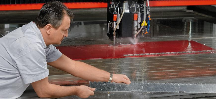 Vodeno rezanje odvija se pomoću ili bez abrazivnog sredstva / © bystronic